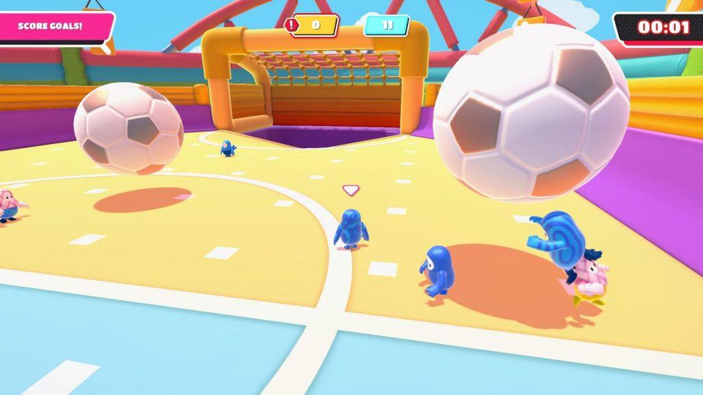 Dva týmy hráčů hrají fotbal s obřími míči ve Fall Guys